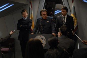 Richard Hatch, Jamie Bamber e Edward James Olmos in una scena dell'episodio A Disquiet Follows My Soul di Battlestar Galactica