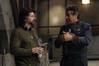 Ronald D. Moore e Edward James Olmos durante le riprese dell'episodio A Disquiet Follows My Soul di Battlestar Galactica