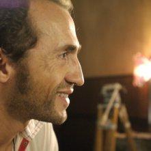 Sergio Albelli interpreta 'l'operatore' nel film Aspettando il sole