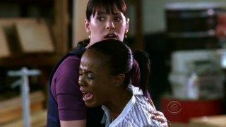 Paget Brewster con Dana Davis  nell'episodio 'Soul Mates' della serie tv Criminal Minds