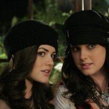 Ashley Newbrough e Lucy Hale in una scena dell'episodio All About the Ripple Effect di Privileged