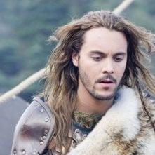 Jack Huston in una scena del film Outlander