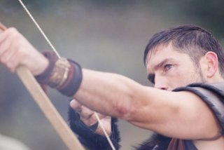 James Caviezel in una scena del film Outlander