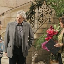 Lucy Hale, Anne Archer e Michael Nouri nell'episodio All About Love, Actually di Privileged