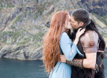 Sophia Myles e James Caviezel in una scena del film Outlander