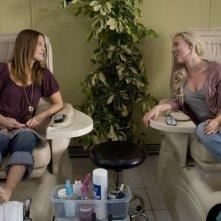 Drew Barrymore e Scarlett Johansson in una scena del film La verità è che non gli piaci abbastanza
