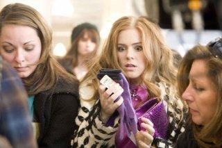 Isla Fisher in una scena del film I Love Shopping