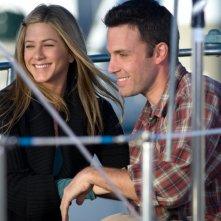 Jennifer Aniston e Ben Affleck in una scena del film La verità è che non gli piaci abbastanza