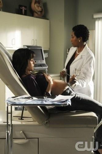 Jessica Lowndes durante l'ecografia nell'episodio Help Me, Rhonda di 90210