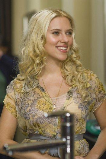Scarlett Johansson in una scena del film La verità è che non gli piaci abbastanza
