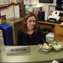 Jenna Fischer in una scena dell'episodio Moroccan Christmas di The Office
