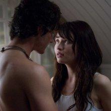 Jesse Moss e Emily Browning in una scena del film The Uninvited