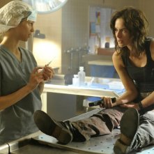 Laura Regan e Lena Headey nell'episodio The Good Wound di The Sarah Connor Chronicles