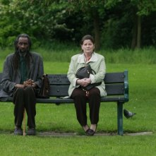 Brenda Blethyn e Sotigui Kouyate nel film London River