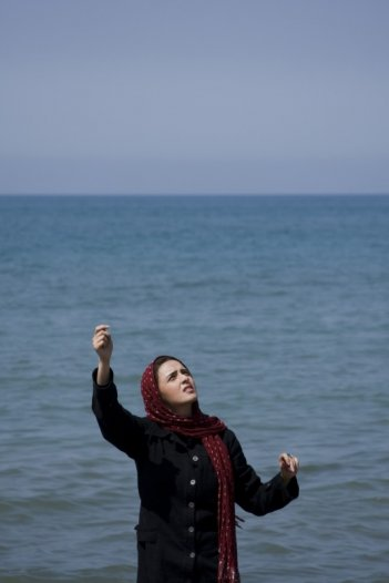 Golshifteh Farahani in una sequenza di About Elly (Darbareye Elly) in concorso a Berlino 2009