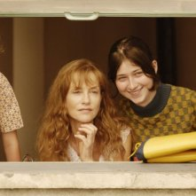 Kacey Mottet Klein, Isabelle Huppert e Madeleine Budd in un'immagine del film Home