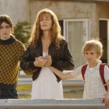Madeleine Budd, Isabelle Huppert e Kacey Mottet Klein in un'immagine del film Home