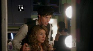 Shenae Grimes ed Adam Gregory in una scena dell'episodio By Accident di 90210