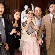 Yuki Matsuzaki, Aishwarya Rai, Emily Mortimer, Jean Reno e Alfred Molina in una scena del film La pantera rosa 2