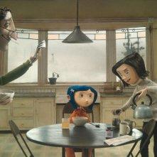 Coraline prova a ottenere l'attenzione dei suoi genitori in una scena del film Coraline e la porta magica