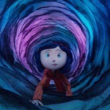 Coraline viaggia attraverso un portale tra mondi diversi in una scena del film Coraline e la porta magica