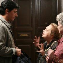 Emilio Solfrizzi, Pia Velsi ed Ariella Reggio in una scena dell'episodio Maledetta Primavera di Tutti pazzi per amore