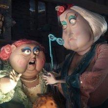 Miss Forcible e Miss Spink leggono una foglia di the in una scena del film Coraline e la porta magica