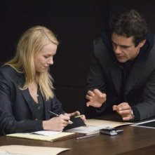Naomi Watts e il regista Tom Tykwer sul set del film The International