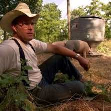 Joel Salatin in una scena del film Food, Inc.