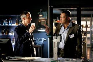 Laurence Fishburne e Wallace Langham in una scena dell'episodio The Grave Shift di CSI
