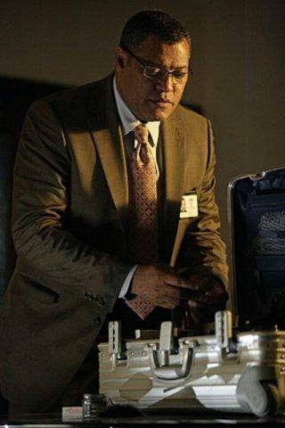 Laurence Fishburne in una scena dell'episodio The Grave Shift di CSI