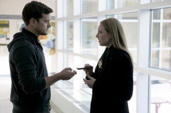 Anna Torv e Joshua Jackson in una scena dell'episodio Ability di Fringe
