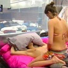 Grande Fratello 9:  Marco si lascia massaggiare dalla sexy Vanessa