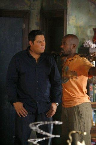 Greg Grunberg e Ntare Mwine in una scena tratta da A Clear and Present Danger, terza stagione di Heroes