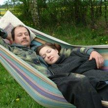 Hannah Herzsprung  e Guntram Brattia in una scena del film Pink