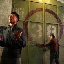 James Kyson Lee e Masi Oka in una scena di A Clear and Present Danger, terza stagione di Heroes