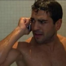 Elyas M'Barek sotto la doccia nella serie televisiva Kebab for Breakfast