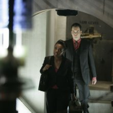 Freema Agyeman e alle sue spalle Gareth David-Lloyd  in una scena dell'episodio 'Reset' della serie tv Torchwood
