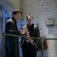 Gareth David-Lloyd con John Barrowman in un momento dell'episodio 'La mietitrice di anime' della serie tv Torchwood