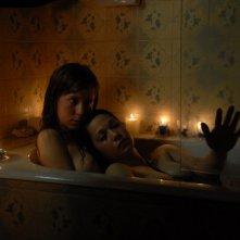 Inés Efron e Mariela Vitale in una sequenza del dramma El niño pez (The Fish Child)