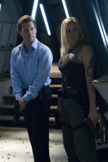 Jamie Bamber e Katee Sackhoff nell'episodio Blood on the Scales di Battlestar Galactica