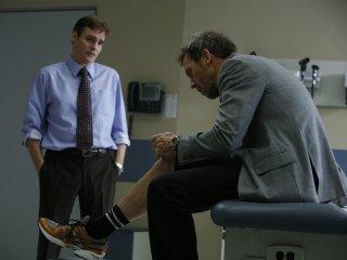 Hugh Laurie e Robert Sean Leonard in una scena dell'episodio The Greater Good di Dr. House: Medical Division