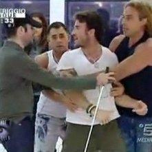 Grande Fratello 9 - giorno 24 - dopo il lancio del bicchiere, Gianluca è trattenuto a fatica da Marcello, Vittorio e Gerry