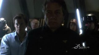 Edward James Olmos  e alle sue spalle Jamie Bamber nell'episodio Blood on the Scales di Battlestar Galactica