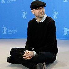 Berlinale 2009 - Lukas Moodysson si mette comodo durante il photocall prima della conferenza stampa per Mammoth