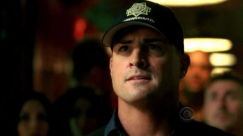 George Eads in una scena dell'episodio Disarmed and Dangerous di CSI