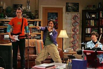 Jim Parsons, Simon Helberg e Kunal Nayyar giocano a Rock Band nell'episodio The Maternal Capacitance di The Big Bang Theory