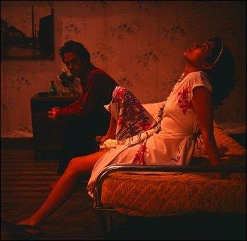 Paola Lattus e Alfredo Castro in una scena del film Tony Manero. (photo: Tomás Dittborn)