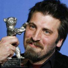 Berlinale 2009: il regista argentonio Adrian Biniez con l'Orso d'Argento vinto per Gigante