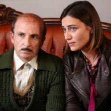 Carlo Buccirosso e Anna Foglietta in una scena dell'episodio 'La testa a posto' del film I mostri oggi